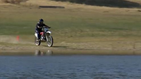 摩托车开的快就能水上漂?美国老外一拧油门,入水瞬间震撼开始!