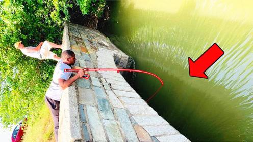 """老外在桥上钓鱼,二十秒后发现自己钓到""""宝贝""""了"""