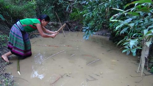 农村小妹下田捕鱼,一棍子下去插穿鱼肚,大鱼烤得外焦里嫩真香