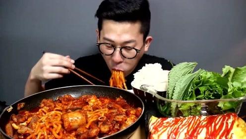韩国眼镜哥吃肥肠乌冬面配蔬菜,鸡蛋卷,直接上锅吃的香喷喷