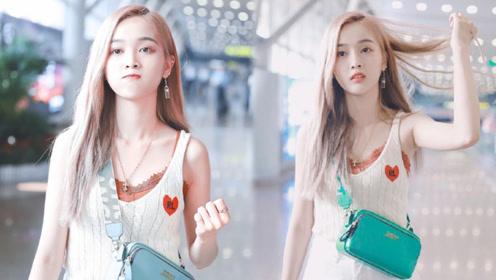 吴宣仪吊带热裤现身机场 网友大呼我想要她的耳环