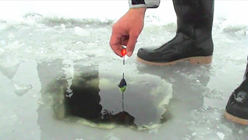 小伙凿冰钓鱼,二十秒后的画面谁能想得到?