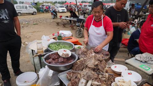 农村喝早酒吃羊汤,10只羊大锅炖!剁碗羊肉15块,大饼免费吃