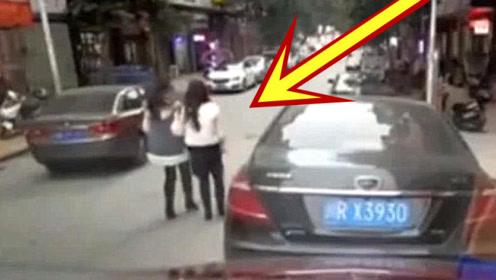 闺蜜两人散步回家,轿车诡异启动,两女孩瞬间丢掉性命!