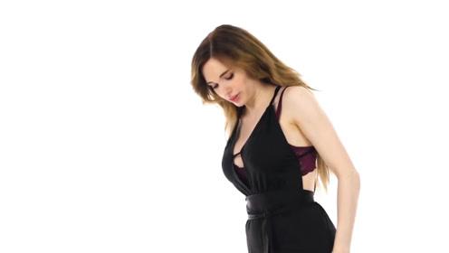 美女时装秀:颜值美女穿黑色连身衣,尽显女神风采
