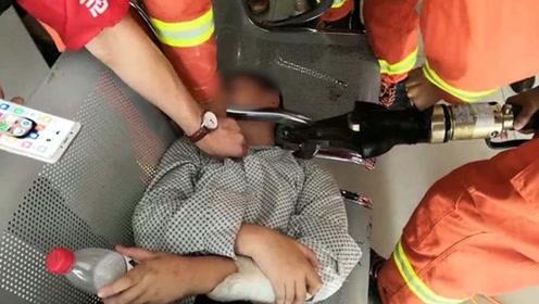 """""""大头儿子""""的烦恼!湖北一男孩头卡医院大厅座椅扶手 消防急救"""