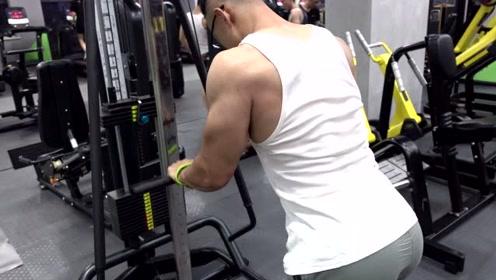 健身教学篇,三头不会练?教你三头王牌动作—直臂下压