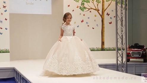 一群小小模特走秀,个个都像小公主一样漂亮,这是又想骗我生女儿