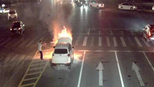 小车闹市路口突然自燃,公交司机冒险两度救火
