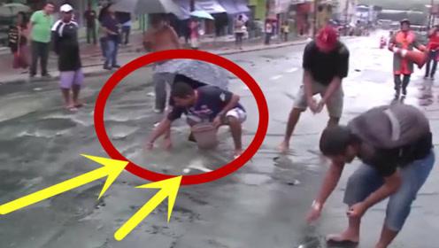 诡异!街上下水道不断冒出东西,路人走近一看乐坏了