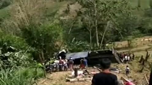 菲律宾南部一卡车因失控坠入山谷 致20人死14人伤