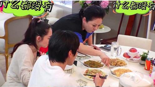 向太大口吃烧烤,有谁注意到她把竹签丢哪?素养装不出来