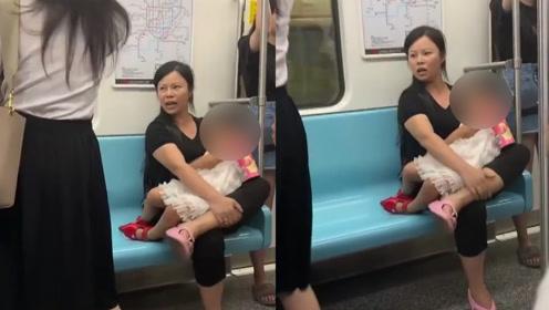 上海一小孩穿鞋踩座位被劝阻,孩子妈妈:傻子,有什么高人一等的