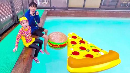 """萌娃坐泳池边吃披萨,披萨不小心掉水里,没想到竟然""""膨胀""""了!"""