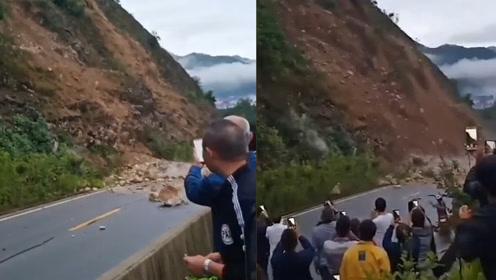 山崩地裂!陕西汉中多路段塌方,危险地带市民拿手机边录边喝彩