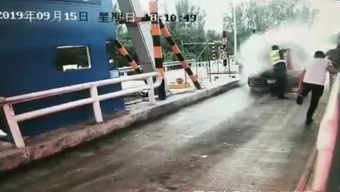 好险!宝马车收费站突然自燃 工作人员迅速冲出扑救