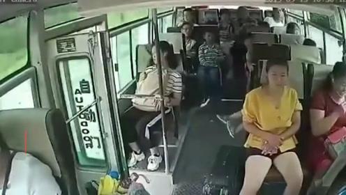大客车行驶中门未关上 女子突然跳车后经抢救无效身亡