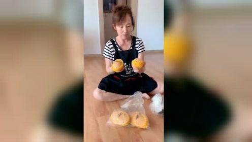 韩国普通家庭真吃不起水果,中国媳妇给她买个芒果,都高兴成这样
