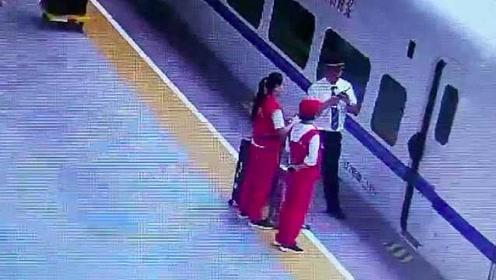 学生最后时刻抢上高铁包被夹住:列车晚点5分钟