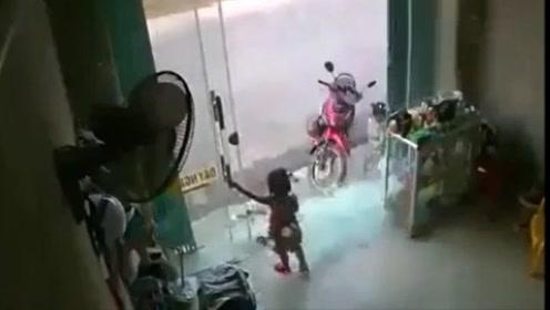 小女孩只想关个门 结果下一秒玻璃门全碎了