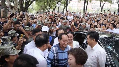 袁隆平出席湖南农大开学典礼,学生上演大型追星现场