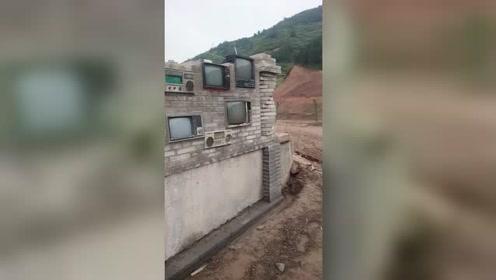 房主家里应该有矿,这些物品不好好收藏起来,居然用来砌墙