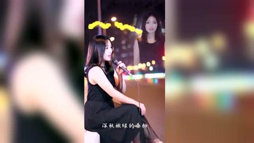 清纯甜美的小姐姐街头演唱一首《成都》太好听太美了,恋爱的感觉