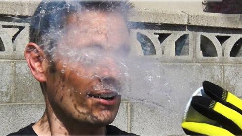 外国小伙作死挑战,把液氮泼到脸上,网友:会不会变成面瘫?