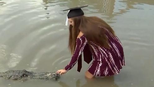 女大学生喂鳄鱼,下一秒意想不到的事情发生,镜头拍下全过程