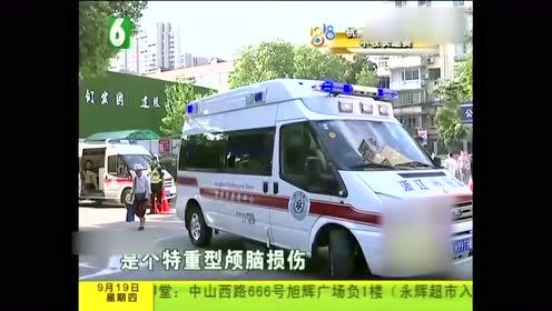 小伙汽车撞上车门 路人听见巨响急忙报警