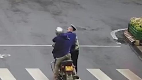 嚣张!四川一摩托司机不服辅警劝说,一勾拳将其帽子打飞