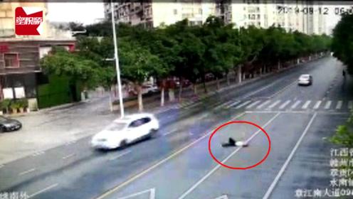 痛心!江西赣州一女子横过马路斑马线上,被小车撞飞身亡