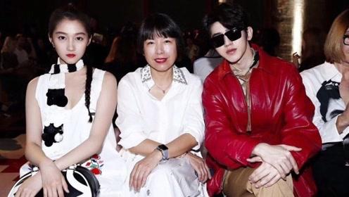 蔡徐坤红色皮衣亮相时装周看秀 ,与关晓彤同框