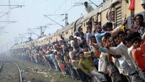 """印度火车两侧挂满乘客,这种""""挂票""""是不需要收费的!"""