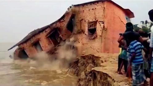 印度某学校建筑被冲垮 村民纷纷围观拍下瞬间