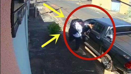 男子半路随机抢劫,没想到对方早有防备,朝着劫匪头部就是一枪!