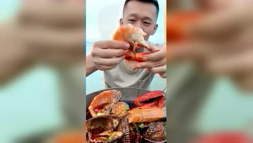 这大虾尾蘸上秘制红油,味道真不用说!