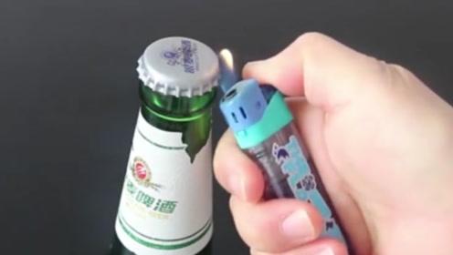 """啤酒瓶上有个""""小机关"""",轻轻一拧就开,比开瓶器还快!"""
