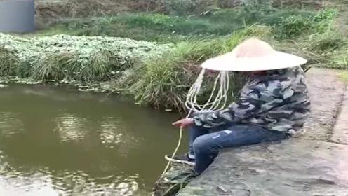 见过钓鱼的,但没见过用这个钓鱼的,真是什么人都有人才!