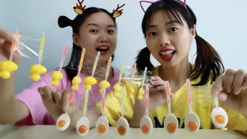 """俩闺蜜吃""""鸭蛋组合棒棒糖"""",先有鸭还是先有蛋?趣味解惑超逗"""