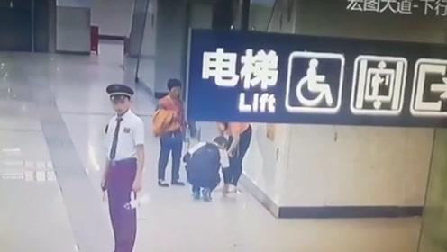 点赞!1岁萌娃忍不住地铁站台小便 爸妈蹲地擦拭三遍才离开