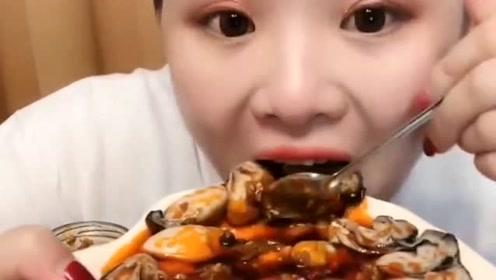 90后吃播美女吃生蚝,撒上满满的辣椒酱,大口吃起来好满足啊!