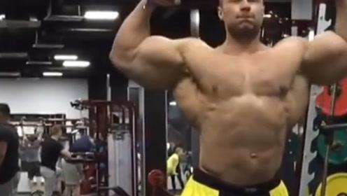 世界最大肩膀之一!他不仅肌肉强壮,而且长得像普京!