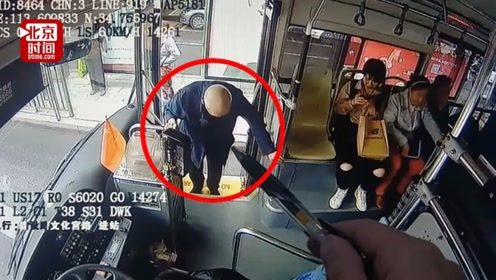 暖心!一老人步行困难乘公交弄错方向 司机3次伸手搀扶