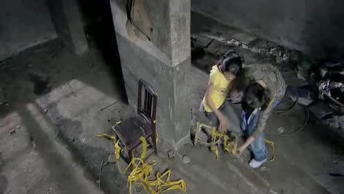 两美女被坏人绑架!然而美女机智挣解束缚!最后顺利跑掉了!