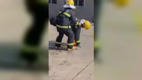 消防员救火时不慎被引燃 战友怒喊:赶紧过来