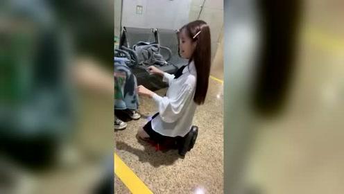 正纳闷小姐姐跪在地上干什么,镜头一转拍下这一幕,网友:求放过
