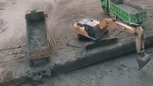 一个装,一个倒,挖机师傅懵圈了