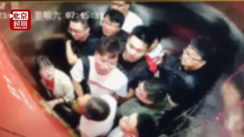 电梯挤进11人全被困 工作人员神回复:偶尔这样