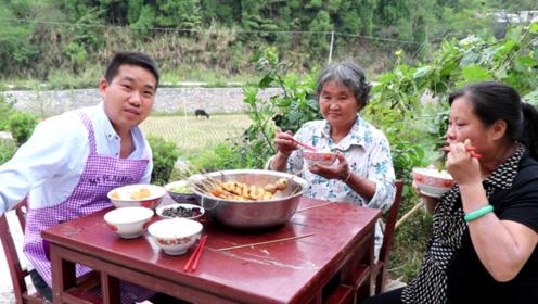 """回娘家,给岳母做一盆""""香辣串串"""",一上桌就流口水,一盆不够吃"""